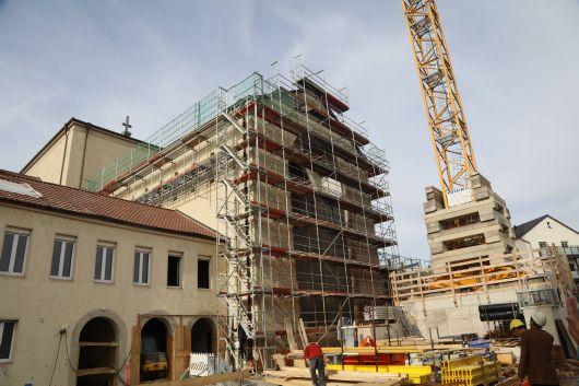 Damit der große Baukran überhaupt auf dem Vorplatz aufgestellt werden konnte, war eine spezielle Trage-Unterkonstruktion notwendig.