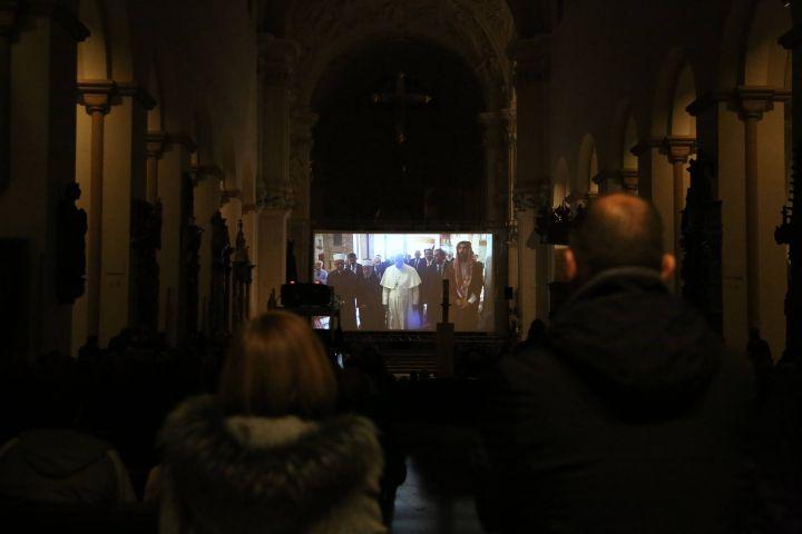 """Im Kiliansdom schauten die rund 800 Besucher den Dokumentarfilm """"Papst Franziskus – ein Mann seines Wortes"""" von Wim Wenders."""