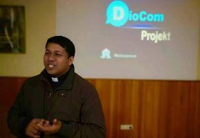 """Father Franklin Pottananickal, Medienbeauftragter der indischen Diözese Kalyan, möchte mit dem Projekt """"DioCom"""" die Perspektiven benachteiligter Kinder verbessern."""