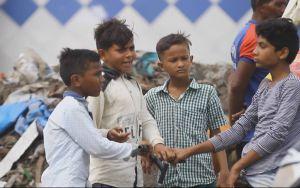 """Mit dem, was sich auf der riesigen Müllkippe vor den Toren Mumbais an Verwertbarem finden lässt, müssen einige der Straßenkinder ihren Lebensunterhalt bestreiten. Das Projekt """"DioCom"""" möchte ihnen eine berufliche Perspektive bieten."""