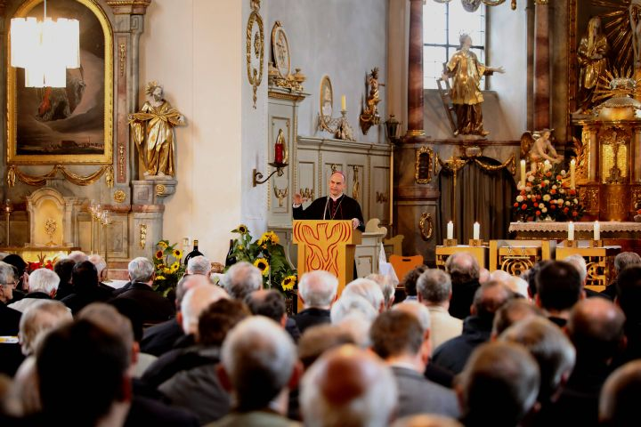 Bischof Dr. Franz Jung sprach in der Heidenfelder Pfarrkirche Sankt Laurentius vor  knapp 300  Priestern und Diakonen aus dem Bistum Würzburg.