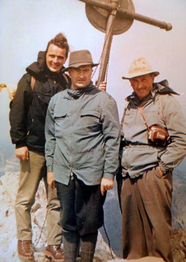 Als junger Kaplan war Helmut Bauer (links) mit Bischof Dr. Julius Döpfner (Mitte) und Gottfried Raubinger, Pfarrer von Ramsau, in den Alpen unterwegs.