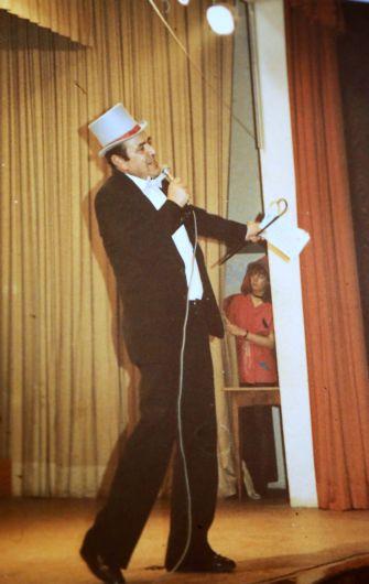 Helmut Bauer in den 1980er Jahren beim Fasching der Dompfarrei Würzburg.