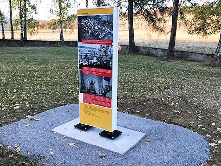 Eine Gedenktafel erinnert künftig an die Gemeinde Hundsfeld, die 1938 dem Truppenübungsplatz weichen musste.