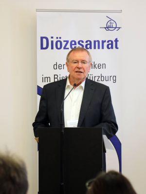 """Zum letzten Mal gab Karl-Peter Büttner als Diözesanratsvorsitzender seinen """"Bericht zu Lage""""."""