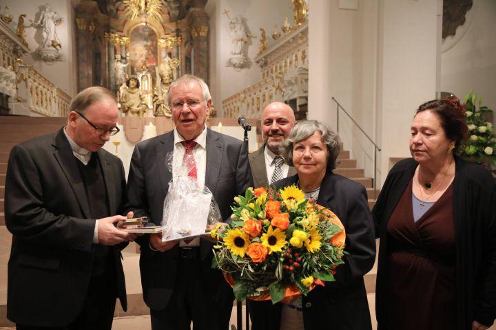 Als Zeichen des Dankes erhielten Karl-Peter Büttner (2. von links) und seine Ehefrau Siglinde (2. von rechts) eine Flugreise nach Rom als Geschenk. Überreicht wurde das Geschenk von (von links) Generalvikar Thomas Keßler, Ralf Sauer und Lucia Stamm.