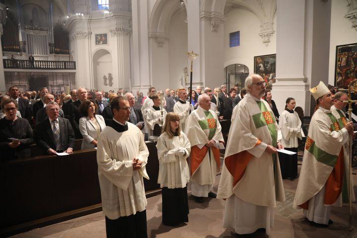 Den Pontifikalgottesdienst mit Bischof Dr. Franz Jung im Neumünster zum 50. Jubiläum von Diözesanrat und Pfarrgemeinderäten im Bistum Würzburg feierten unter anderem Aktive und Ehemalige sowie Vertreter aus Politik und Gesellschaft mit.