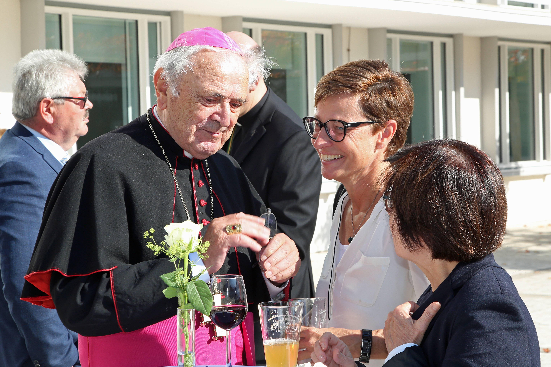 Pontifikalgottesdienst im Kiliansdom zum 30. Jubiläum der Bischofsweihe von Weihbischof em. Helmut Bauer. Im Anschluss bestand bei einem Empfang auf dem Vorplatz des Burkardushauses Gelegenheit zum Gespräch mit Weihbischof Bauer.