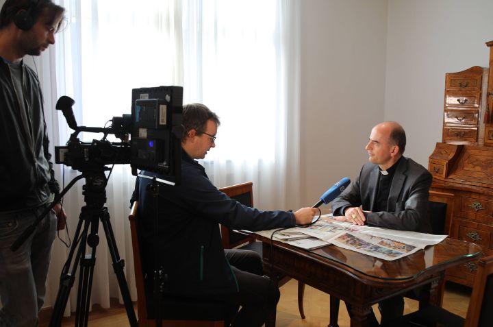 Bischof Dr. Franz Jung wurde von BR-Journalist Achim Winkelmann zur Landtagswahl in Bayern interviewt.