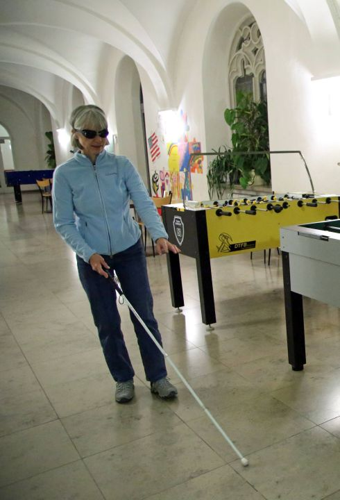 Gabi Ipp erkundet blind die Räumlichkeiten des Kilianeums.