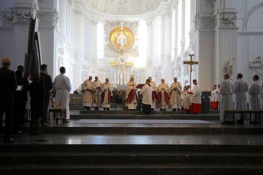 Bei einem Pontifikalgottesdienst im Würzburger Kiliansdom am Samstag, 20. Oktober, hat Bischof Dr. Franz Jung acht Männer zu Ständigen Diakonen geweiht.