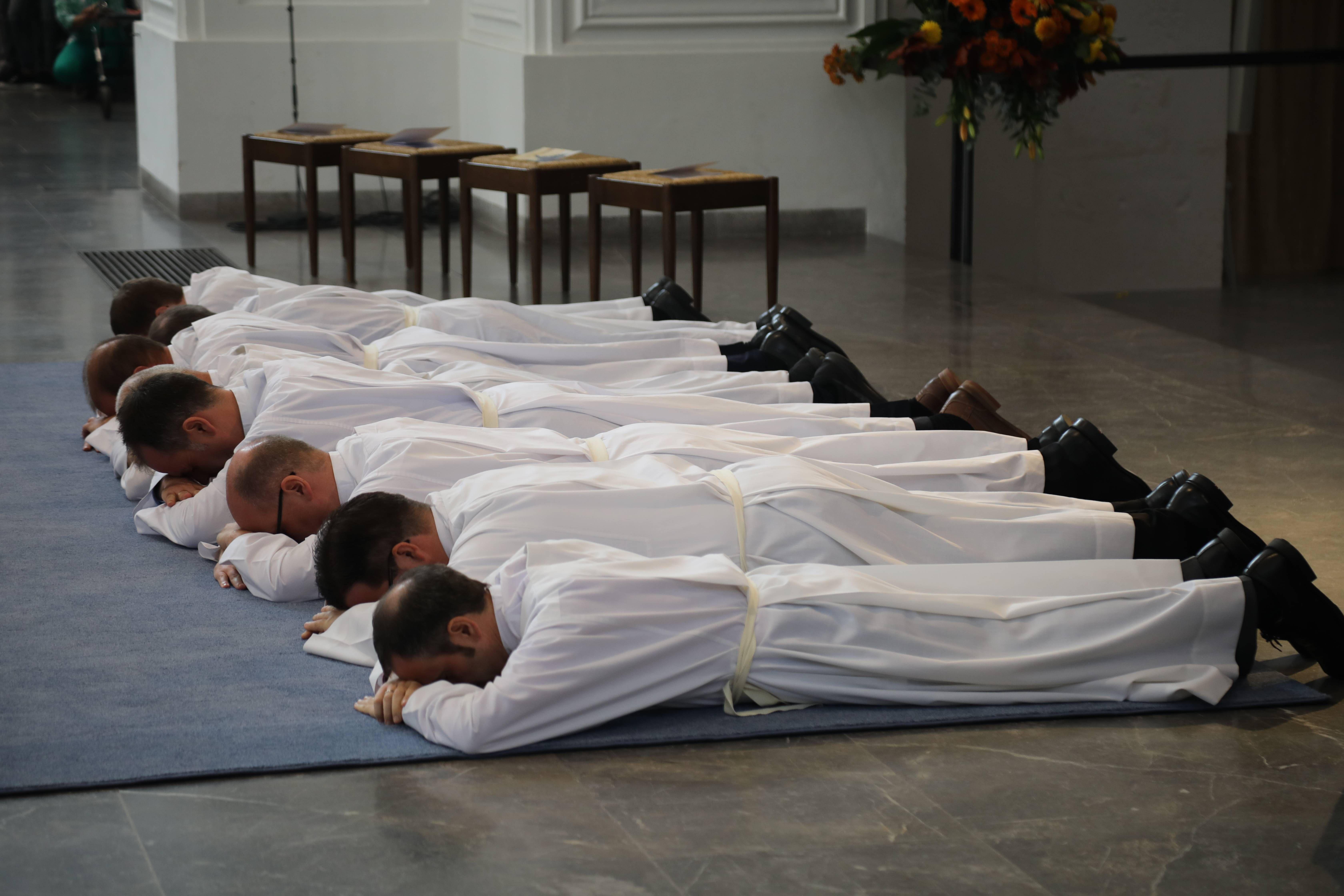 Während der Anrufung der Heiligen lagen die Männer als Zeichen der Hingabe an Christus ausgestreckt auf dem Boden.