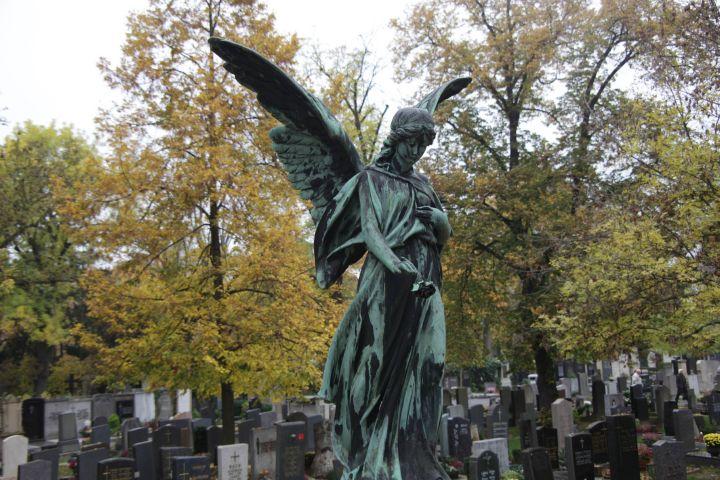 Der Friedhofsgang und das gemeinsame Gebet für die Verstorbenen gehört für viele Gläubige fest zu Allerheiligen.