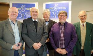 Auf das 30. Jubiläum freuen sich (von links nach rechts): Joachim Rühl, Weihbischof em. Helmut Bauer, Dietrich Preiser, Michael Weilnhammer und Dr. Erik Soder von Güldenstubbe.