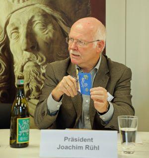 Joachim Rühl präsentiert den fränkischen Pilgerschoppen.