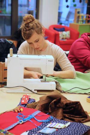 Tina Liebenstein näht eine Antirutschmatte in die Decken ein, um sie zu stabilisieren.