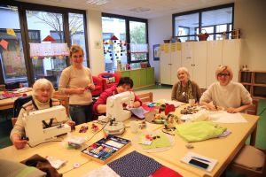 Heidrun Schowalter, Tina Liebenstein, Ingeborg Wollschläger, Irmgard Reimann und Rosina Link (von links nach rechts) kommen ins Gespräch und fertigen zusammen die Nesteldecken für Demenzkranke.