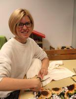 Rosina Link schneidet die bunten, einfarbigen und geblümten Stoffe zurecht.