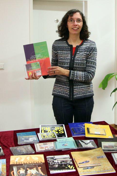 Material rund um das Neue Geistliche Lied hat Anne Große-Schulte, Leiterin der Liborius-Wagner-Bücherei, zusammengetragen.