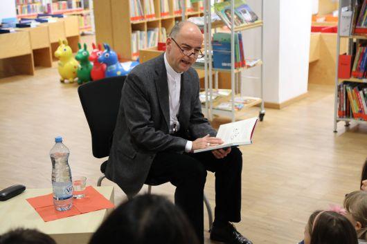 Mit viel Engagement ließ Bischof Dr. Franz Jung die Charaktere aus dem Buch lebendig werden.