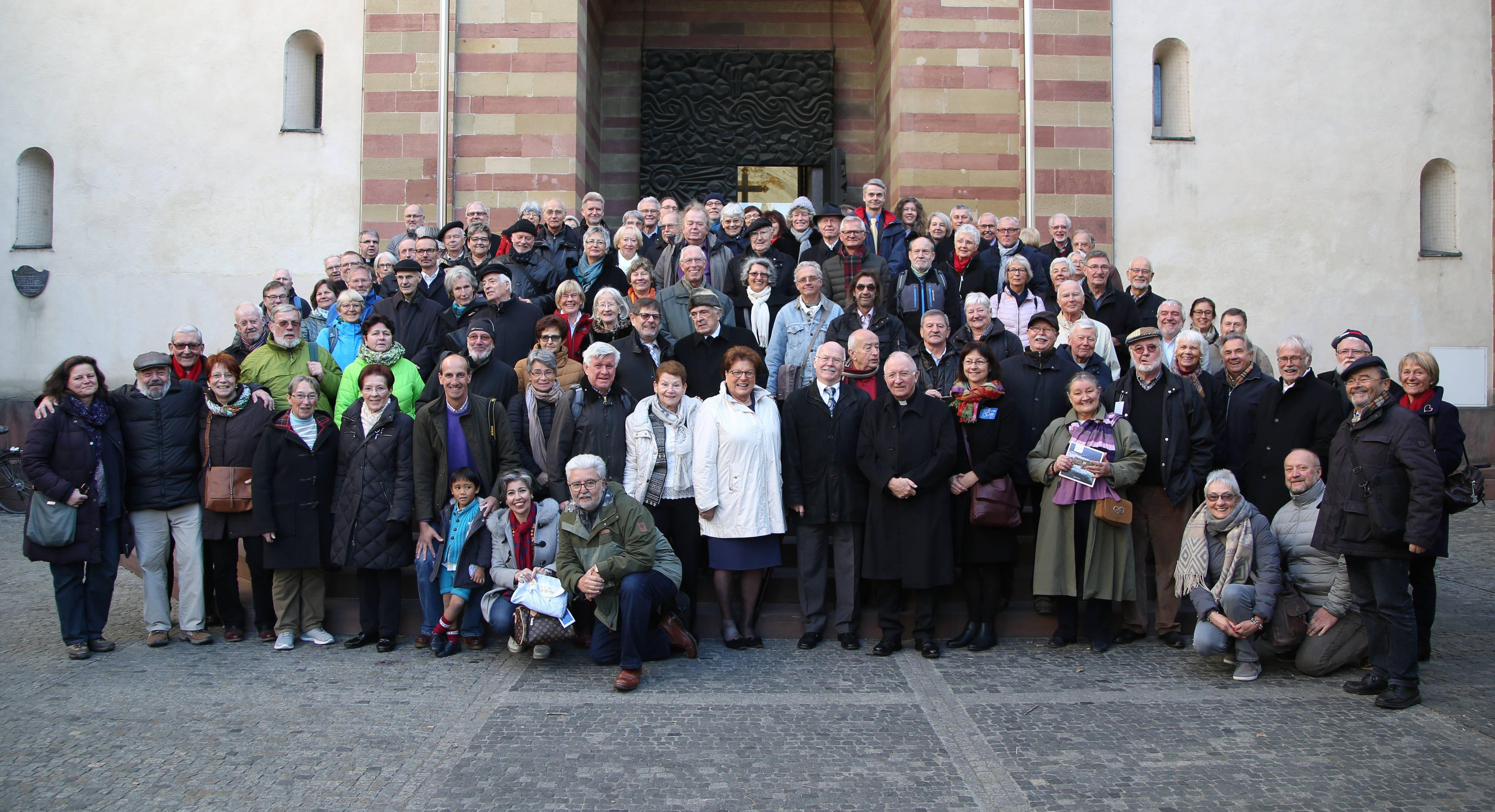 Die Mitglieder der Fränkischen Sankt Jakobus-Gesellschaft vor dem Würzburger Kiliansdom.
