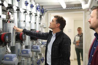 Michael Hub liest die Zahlen der Pumpen im Heizungsraum ab.
