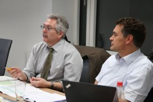 Die Umweltgutachter Dr. Georg Sulzer (links) und Michael Hub führen im Würzburger Burkardushaus ein Umweltaudit durch.