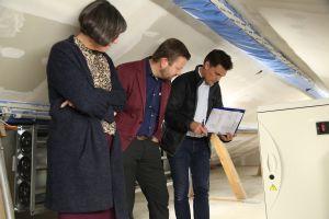 Auf dem Dachboden überprüfen (von links) Maria Reuß, Christof Gawronski und Michael Hub die Kälteanlage.