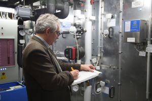 Dr. Georg Sulzer überprüft die Daten der letzten Wartungsarbeiten der Lüftungsanlagen.