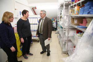 Im Putzraum begutachten (von links) Martina Honecker, Anette Hörner und Dr. Georg Sulzer die Arbeitsutensilien.