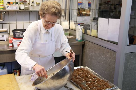 Schwester Ehrengard hat früher als Hauswirtschaftsleiterin in der Jugendbildungsstätte auf dem Volkersberg gearbeitet. Mit großen Mengen kennt sie sich aus.