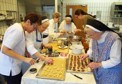 Da wird sogar die große Küche im Missionshaus Sankt Josef fast ein bisschen eng (von links): Cornelia Maier, Schwester Arnolda, Schwester Ehrengard, Schwester Liboria, Michaela Benkart-Weyer und Schwester Antonia.