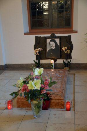 Mit einem Gottesdienst in der Mutterhauskirche der Erlöserschwestern in Würzburg ist an Schwester Julitta Ritz erinnert worden. Für die Ordensfrau  läuft derzeit das Seligsprechungsverfahren. Das Bild zeigt ihr Grab im Mutterhaus.
