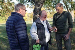 Gemeinsam überlegen (von links) Klaus Wetz, Hermann Sperber und Daniel Scheffler, welche Federn sie da gerade in einem Nistkasten entdeckt haben.