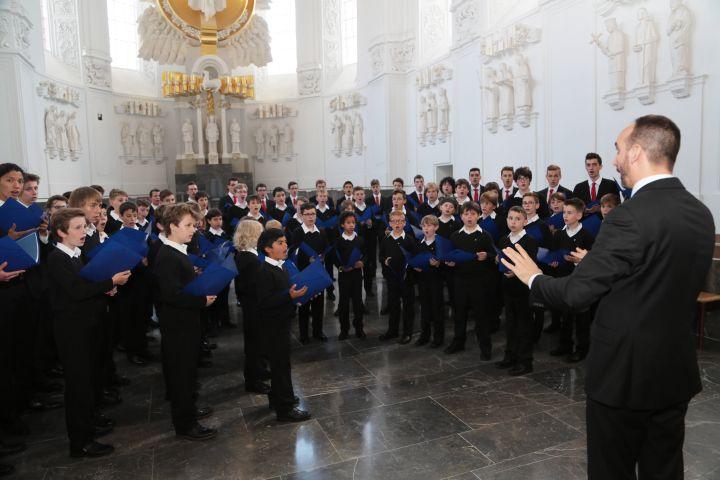 Das Weihnachtskonzert am 26. Dezember 2018 gestalten die Würzburger Domsingknaben unter der Leitung von Domkapellmeister Christian Schmid im Kiliansdom.