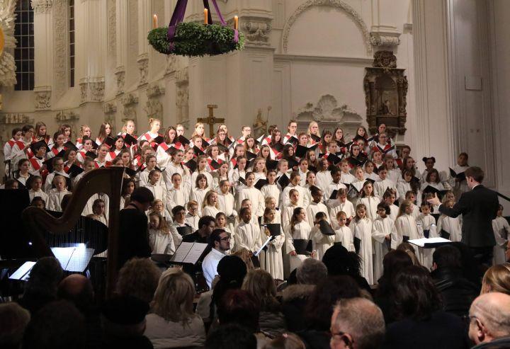 Die Mädchenkantorei am Würzburger Dom unter der Leitung von Domkantor Alexander Rüth gestaltet am dritten Adventssonntag, 16. Dezember, ein adventliches Konzert im Kiliansdom.
