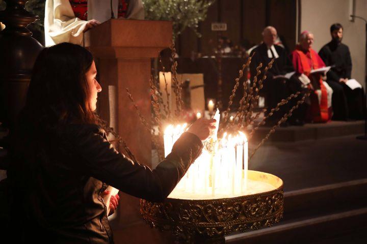 Für Menschen aus Afrika, Nord- und Südamerika, dem Nahen Osten, Asien, Ozeanien und Europa, die ihr Leben für das Evangelium hingegeben haben, beten Gläubige bei der ökumenischen Gebetswache am 27. März in der Würzburger Marienkapelle.