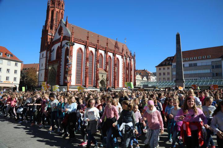 Für mehr Frauenbeteiligung in der Politik veranstalten über 1300 Schülerinnen und 100 Lehrkräfte der Sankt-Ursula-Schule Würzburg und etwa 50 Frauen des Katholischen Deutschen Frauenbunds am 27. September einen Flashmob auf dem Würzburger Marktplatz.