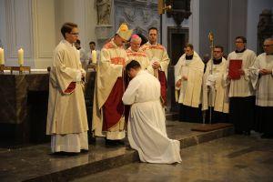 Unter Handauflegung und Gebet weihte Bischof Dr. Franz Jung Frank Elsesser im Würzburger Kiliansdom zum Diakon.