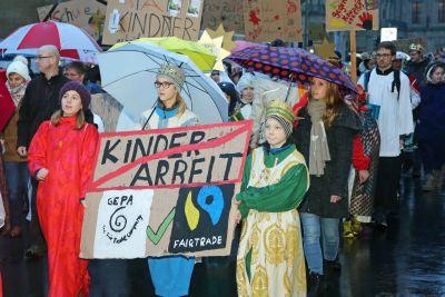 Mit selbst gebastelten Plakaten demonstrierten Sternsingerinnen und Sternsinger aus dem ganzen Bistum Würzburg bei der vergangenen diözesanen Sternsingeraussendung im Januar 2018 gegen Kinderarbeit in Indien und weltweit.