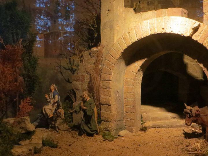 Die Krippe des Würzburger Käppele zeigt derzeit Maria und Josef auf dem Weg zum Stall vor den Toren von Betlehem.