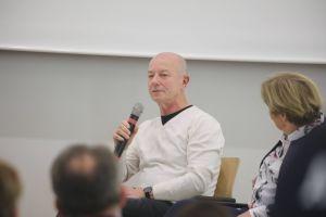 Bedrückte Stille herrschte im Saal, als Godehard Herzberger auf dem Podium von seinen Erlebnissen in einem Internat der Pallottiner sprach.