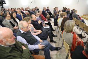 Eine Podiumsdiskussion im Burkardushaus thematisierte sexualisierte Gewalt in der Kirche. Rund 120 Personen nahmen an der Veranstaltung teil.