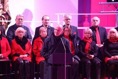 """Bischof Dr. Franz Jung (Mitte) und das Singforum Karlstadt unter Leitung von Regine Schlereth gestalteten am Freitagabend, 14. Dezember, einen adventlichen Impuls der Reihe """"Musik und Meditation"""" in der Würzburger Augustinerkirche."""