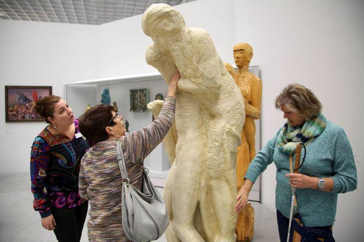 Dr. Yvonne Lemke (von links) erkundet mit Dolores Hartmann-Krstic und Helga Frey den Gipsabguss der Pietà Rondanini von Michelangelo im Würzburger Museum am Dom.