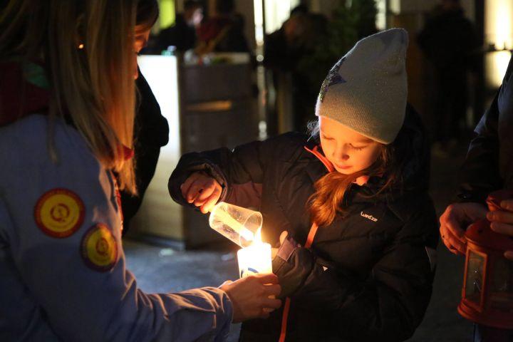 """Pfadfinderinnen und Pfadfinder verteilen bei einem """"Weg-Gottesdienst"""" am 16. Dezember in Würzburg das Friedenslicht aus Betlehem. Mit dem Thema """"Frieden braucht Vielfalt – zusammen für eine tolerante Gesellschaft"""" weisen sie darauf hin, dass es Toleranz, Offenheit und die Bereitschaft, aufeinander zuzugehen braucht, um im Frieden zu leben."""