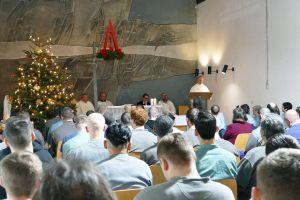 Bischof Dr. Franz Jung feiert in der Justizvollzugsanstalt (JVA) eine ökumenische Christvesper mit Strafgefangenen und Mitarbeitern.