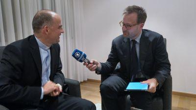 Bischof Dr. Franz Jung (links) im Interview mit BR-Reporter Tilman Kleinjung.