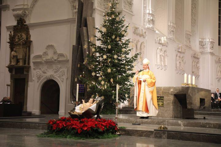 """""""Öffnen wir also Christus weit die Pforten unseres Herzens, damit der König endlich auch bei uns einzieht, heute an Weihnachten, und uns Anteil gibt an seinem Erbarmen und seinem Frieden"""", sagte Bischof Dr. Franz Jung in der Christmette."""