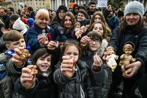 Viele Kinder und Erwachsene halten lachend Figuren von Jesuskindern vor sich, am 16. Dezember 2018 auf dem Petersplatz. Sie werden von Papst Franziskus gesegnet.